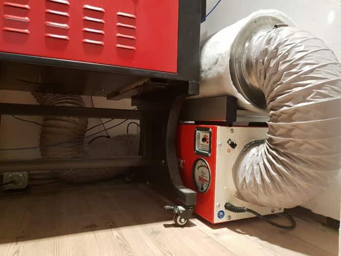 DustBox 1000 mit Aktivkohlefilter beim Kunststofffräsen