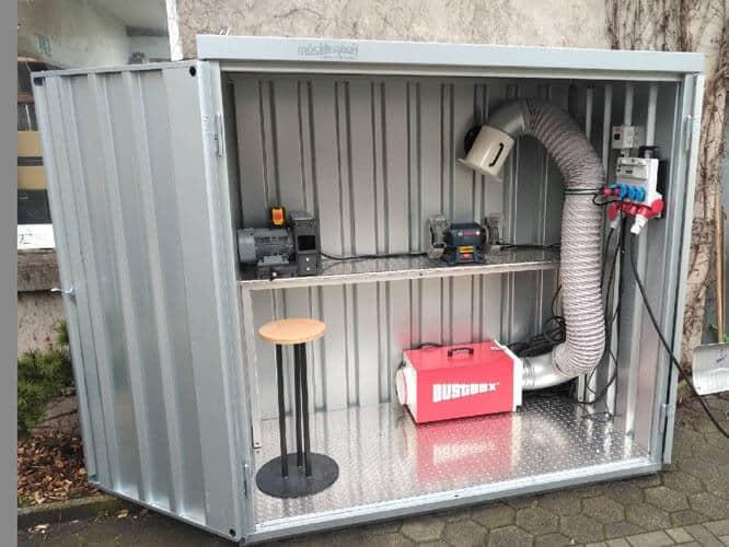DustBox 1000 beim stationären Eisnatz zur Metallstaubabsaugung im Arbeitscontainer