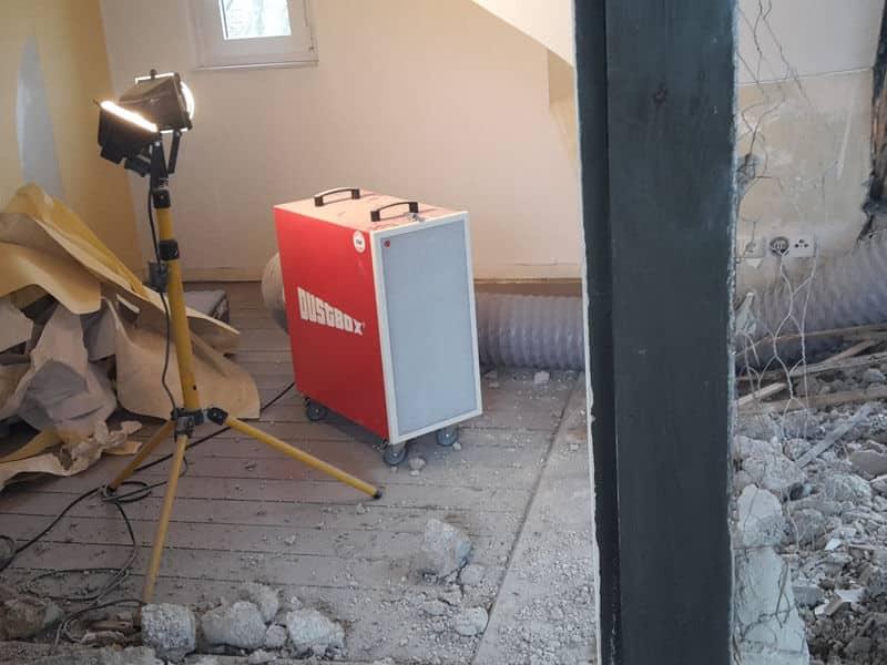 DustBox Umluftbetrieb mit Abluftschlauch im Arbeitsraum positioniert
