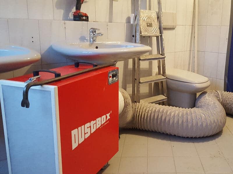 DustBox Unterdruckhaltung mit Abluftschlauch aus dem Raum geführt